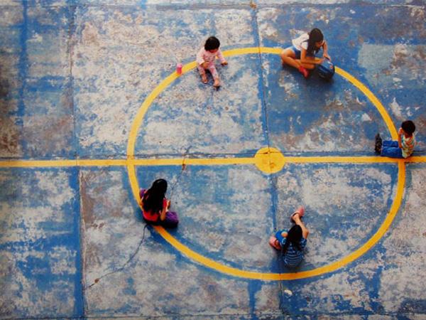 Crianças na quadra por Rei Santos